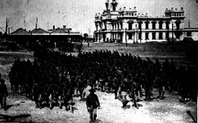 Soldados norteamericanos desembarcan frente al edificio de Faros