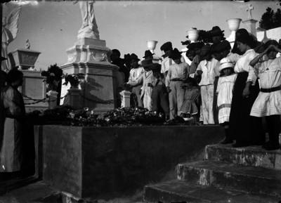 Ceremonia ante un monumento con motivo de la Invasión Norteamericana