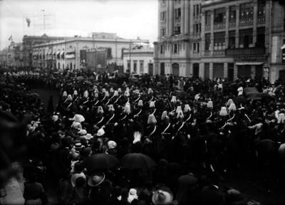 Cadetes desfilan por la Avenida Juárez