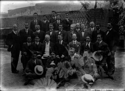 """Miembros de la """"Asociación del Colegio Militar"""", retrato de grupo"""
