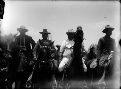 Revolucionarios a caballo llegan a la Cd. de México para rendirse ante el gobierno de Huerta