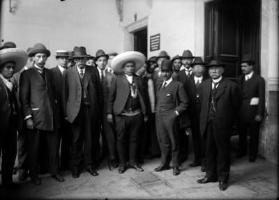 Jesús Morales con Juvencio Robles gobernador del estado de Morelos después de dar su rendición a Huerta en Palacio Nacional