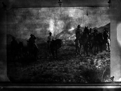 Venustiano Carranza y miembros de sus tropas en un camino