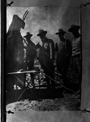 Venustiano Carranza acompañado por constitucionalistas en un campamento, retrato de grupo
