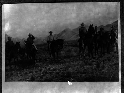 Venustiano Carranza y constitucionalistas cabalgan por un campo