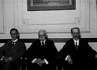 Aquiles Elorduy, Francisco Elguero y Mariano Pontón en una habitación de la Cámara de Diputados, retrato de grupo