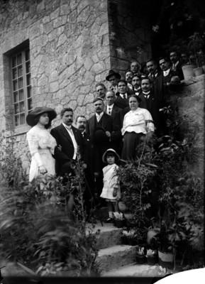 Félix Díaz, su esposa y políticos en una casa, retrato de grupo