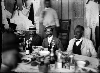 Manuel Mondragón y otros militares durante un banquete