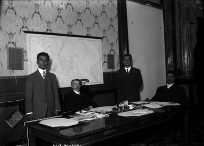Joaquín Pita y funcionarios en una oficina, retrato de grupo