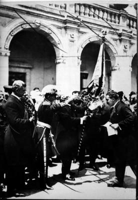 Victoriano Huerta entregando la bandera de San Blas al presidente de la Asociación del Colegio Militar