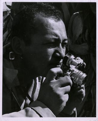 Nacho López con cámara fotográfica