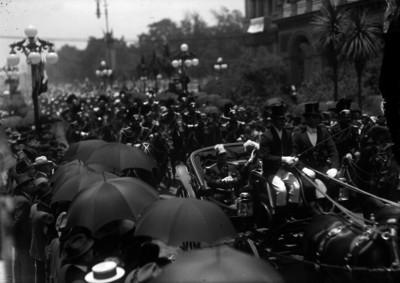 Victoriano Huerta y Manuel Mondragón a su paso por la avenida San Francisco abordo de un carruaje