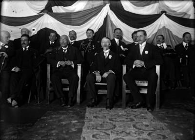 Victoriano Huerta, miembros de su gabinete y la embajada norteamericana presidiendo los festejos del 4 de julio
