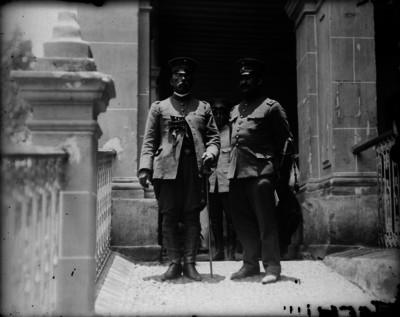 General Ocaranza junto a un militar en Xochimilco, retrato