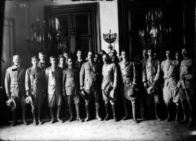 Alvaro Obregón en Palacio Nacional acompañado de jefes militares, retrato de grupo