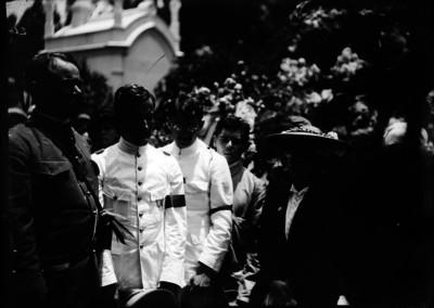 Alvaro Obregón durante su visita al sepulcro de Madero en el panteón francés