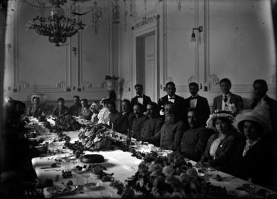 Venustiano Carranza con familiares y jefes consitucionalistas durante un banquete en Palacio Nacional