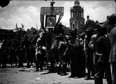 Revolucionarios esperan la llegada de Venustiano Carranza en la Plaza de Armas