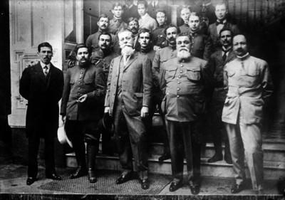 Venustiano Carranza, Jesús Carranza y otras personas al salir de la Secretaría de Relaciones