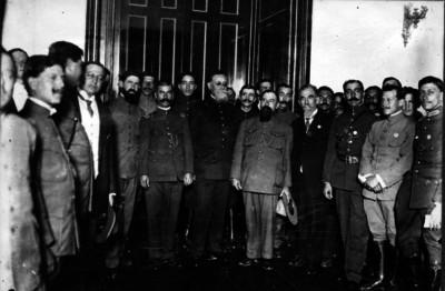 Venustiano Carranza con militares en Palacio Nacional, retrato de grupo