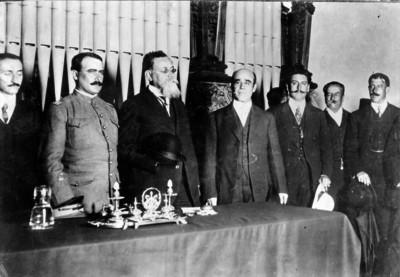 Venustiano Carranza y funcionarios después de la toma de posesión de Valentín Gama en la Universidad Nacional, retrato de grupo