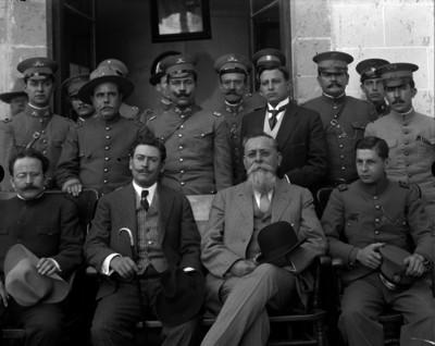 Venustiano Carranza y militares en el antiguo Colegio Militar de Chapultepec, retrato de grupo