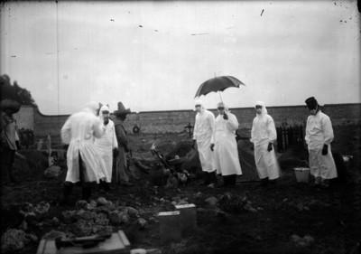 Medicos durante exhumación de cadáver