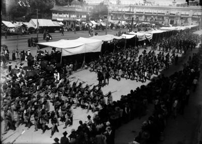 Ejército constitucionalista del noroeste desfila por la plaza de armas