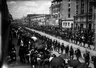 Yaquis desfilando el 16 de septiembre de 1914