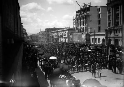 Tropas federales desfilan frente al Hotel Ritz
