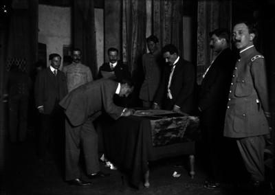 Felipe Ángeles firma la bandera de la Convención