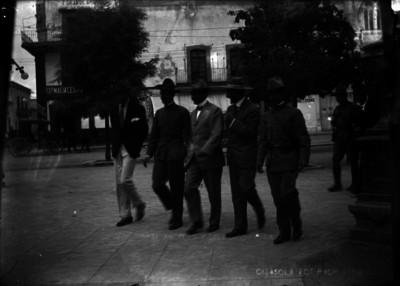 Felipe Ángeles y su Estado Mayor se dirigen al Teatro Morelos
