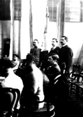 Álvaro Obregón, Samuel Santos y Vito Alessio Robles permanecen de pie junto a la bandera de la convención