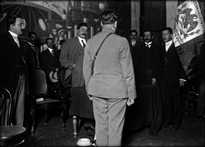 Eulalio Gutiérrez antes de hacer el juramento ante la bandera de la Convención