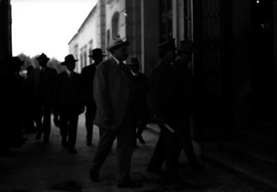 Eulalio Gutiérrez y Álvaro Obregón, caminan hacia la entrada del Teatro Morelos