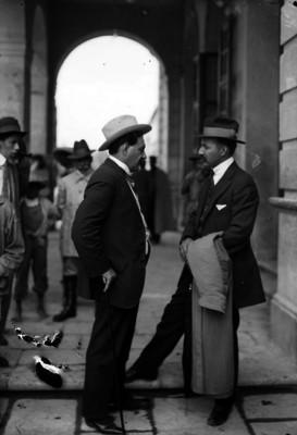 Alberto Piña y Antonio I. Villarreal conversan afuera del Teatro Morelos