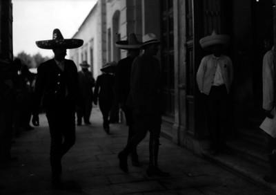 Representantes de los revolucionarios del sur, entran al Teatro Morelos