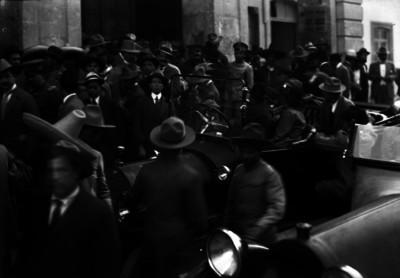 Grupo de convencionistas afuera del Teatro Morelos