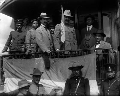 Pablo González y otros militares en la parte posterior de un tren