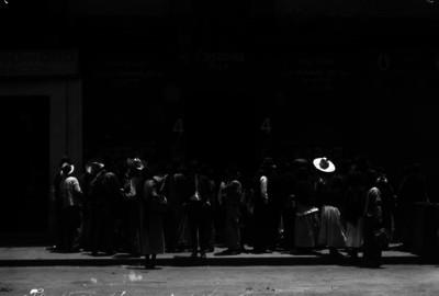 Militares y civiles fuera del Estudio Fotográfico de Casasola
