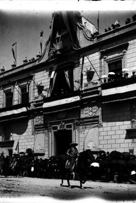 Porfirio Díaz contempla el desfile militar del Centenario de la Independencia, desde el balcón de Palacio Nacional