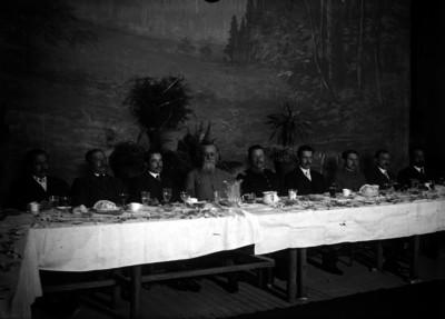 Venustiano Carranza acompañado de Benjamín Hill, Federico Montes y Juan Barragán en un banquete