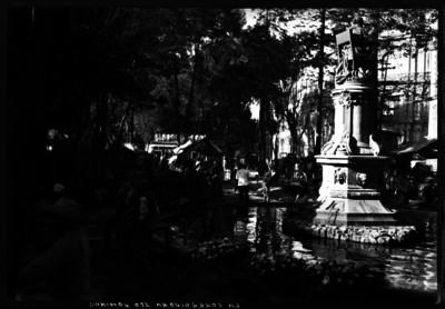 Gente pasea en la plaza de Santo Domingo conocida como jardín de la Corregidora