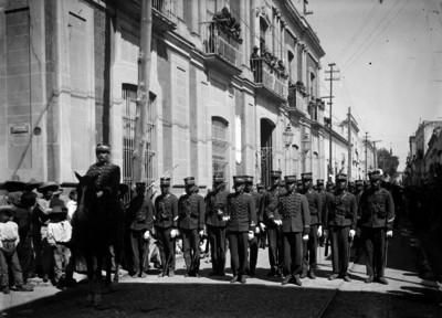 Cadetes desfilan durante la bienvenida de Venustiano Carranza en la Cd. de Querétaro