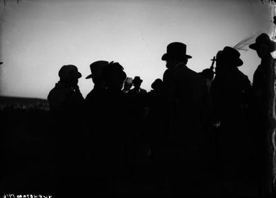Pablo González acompañado de personas en el Cerro de las Campanas