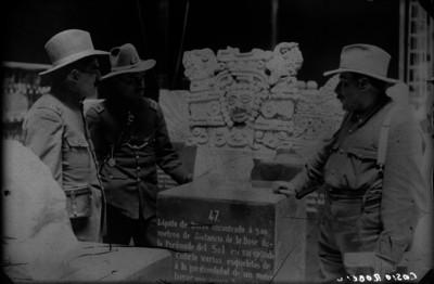 Francisco Cossio Robelo y Pablo González Garza frente a una escultura mexica
