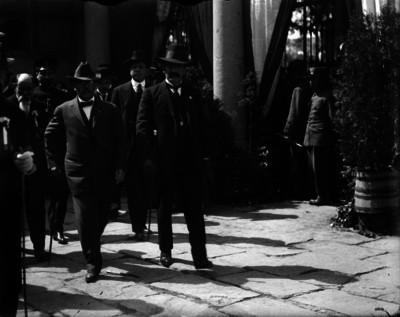 Pablo González camina acompañado de militares y civiles