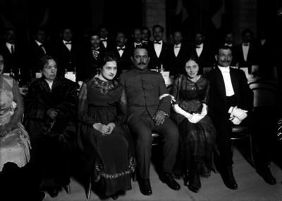 Alvaro Obregón acompañado de su esposa durante una ceremonia