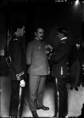 Alvaro Obregón recibe una condecoración del Ejército del Noreste en Palacio Nacional