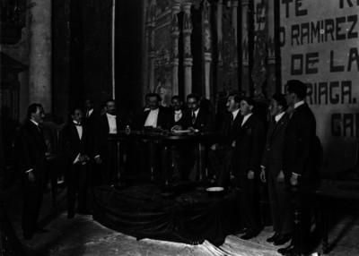 Cándido Aguilar firma la nueva constitución en el Teatro Iturbide